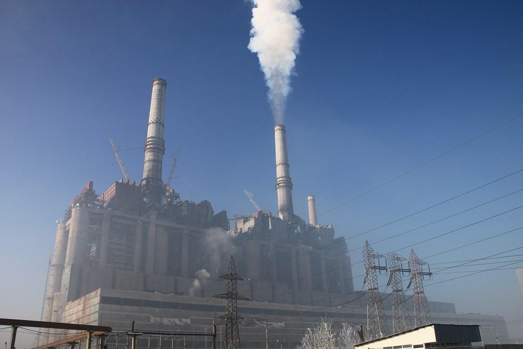 一家營運中的燃煤電廠。照片來源:Emilian Robert Vicol/Pixabay免費圖庫
