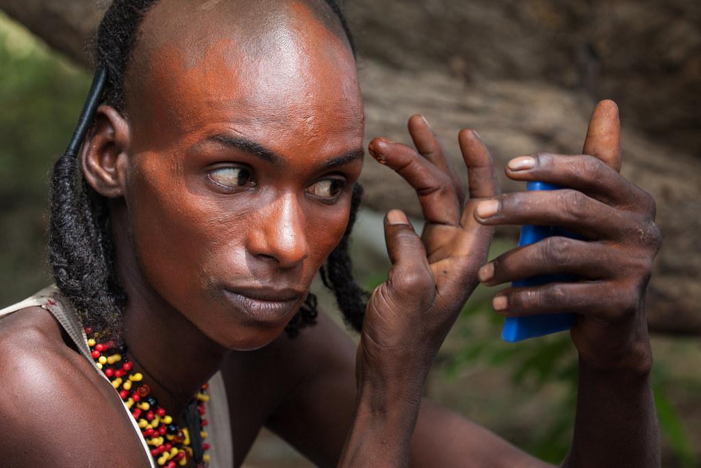 Woodabe man applying color for the Gerewol festival