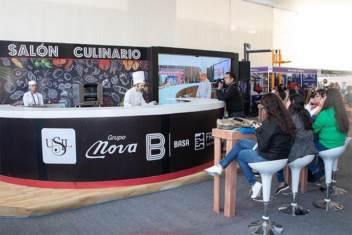 Docente y alumnas de Arte Culinario de USIL elaboraron postres con cacao en la Feria Expoalimentaria 2019