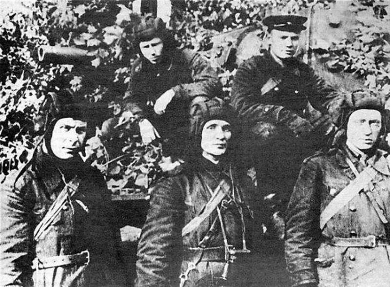 Экипаж КВ-1 Колобанова, август 1941. Слева направо в первом ряду Н. Никифоров, З. Колобанов, А. Усов. Вверху П. Кисельков, Н. Родников