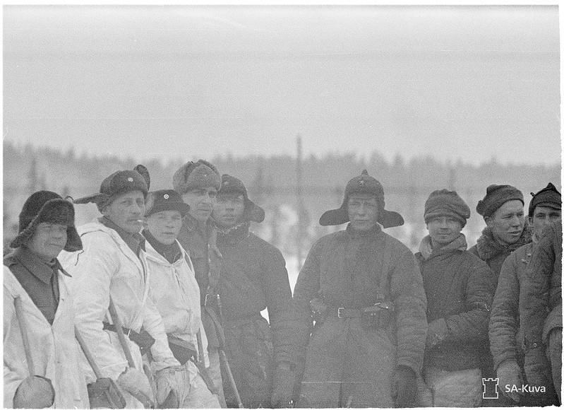 Братание финских и советских солдат через несколько часов после окончания Зимней войны. 13.03.1940. Кухмо.