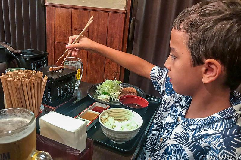 Eric disfrutando de la ternera empanada gyukatsu