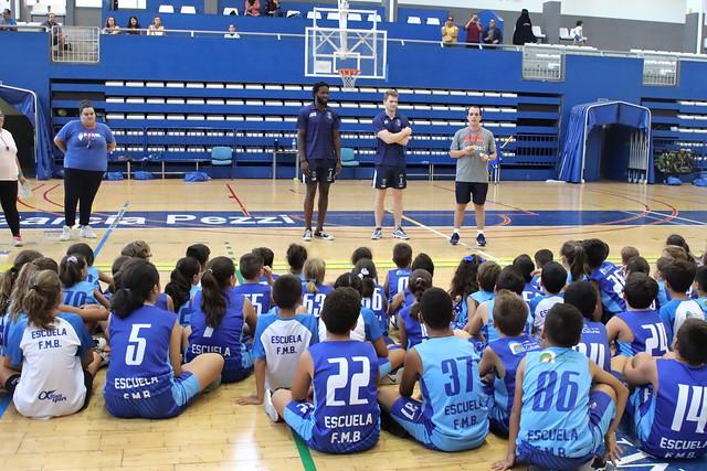 Luke y Sidibé visitan a la Escuela de la FMB y al Infantil del club