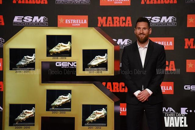Leo Messi posando con su sexta Bota de Oro | Foto de Noelia Déniz, VAVEL