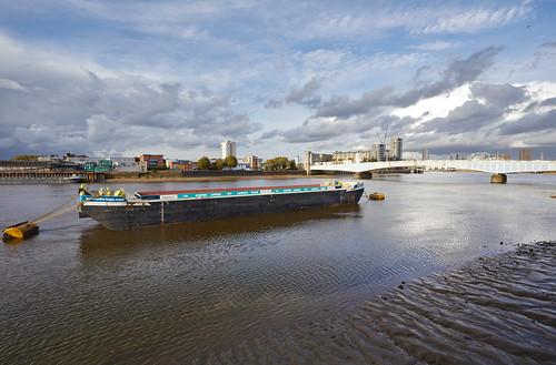 Barco de carga descansando sobre el Támesis