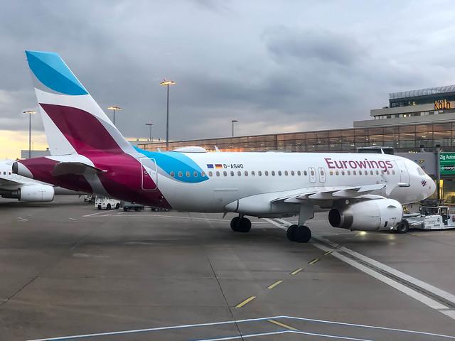 Eurowings Flugzeug parkt in der Abenddämmerung vor dem Köln-Bonn Flughafengebäude