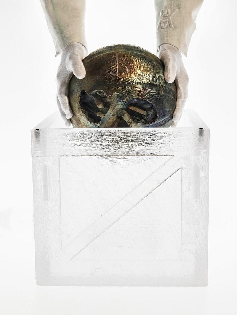 殘缺破損卻更有價值!藝術家Daniel Arsham 新作「青銅製籃球」 BRONZE BASKETBALL系列雕塑 限量99體