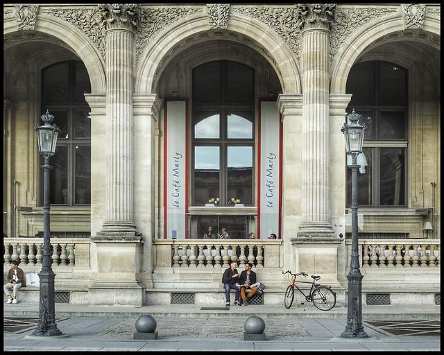 Pause Cour Napoléon, musée du Louvre * Paris