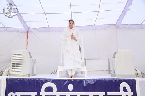 Satguru Mata Sudiksha Ji Maharaj's arrival on holy dais