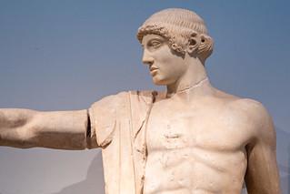 Apollon-Statue im Westgiebel des Zeustempels