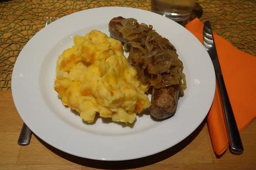 Wildschwein-Bratwurst mit Zwiebelsoße zu Kürbis-Kartoffelstampf (mein Teller)