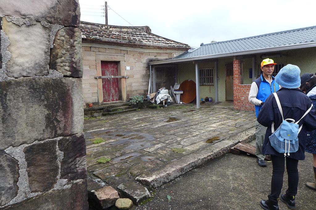 卯澳的石頭屋從砌法到屋頂留下了漁村歷史,圖中這間三合院就包含了三種不同時代的建築方式。孫文臨攝