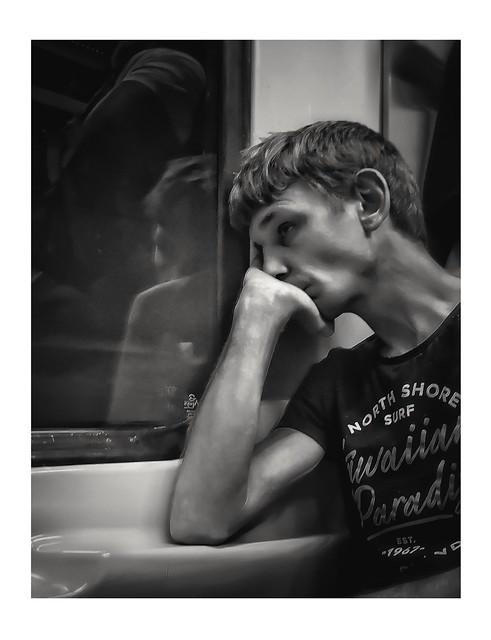 Métro c'est bcp trop Métro c'est trop  Comment veux-tu, qu'j'aie l'esprit libre Tous les jours j'me r'tape la même ligne Saoulé des rails, et d'son train-train quotidien Je n'vois pas l'bout du tunnel, à quand le bout du tunnel ?