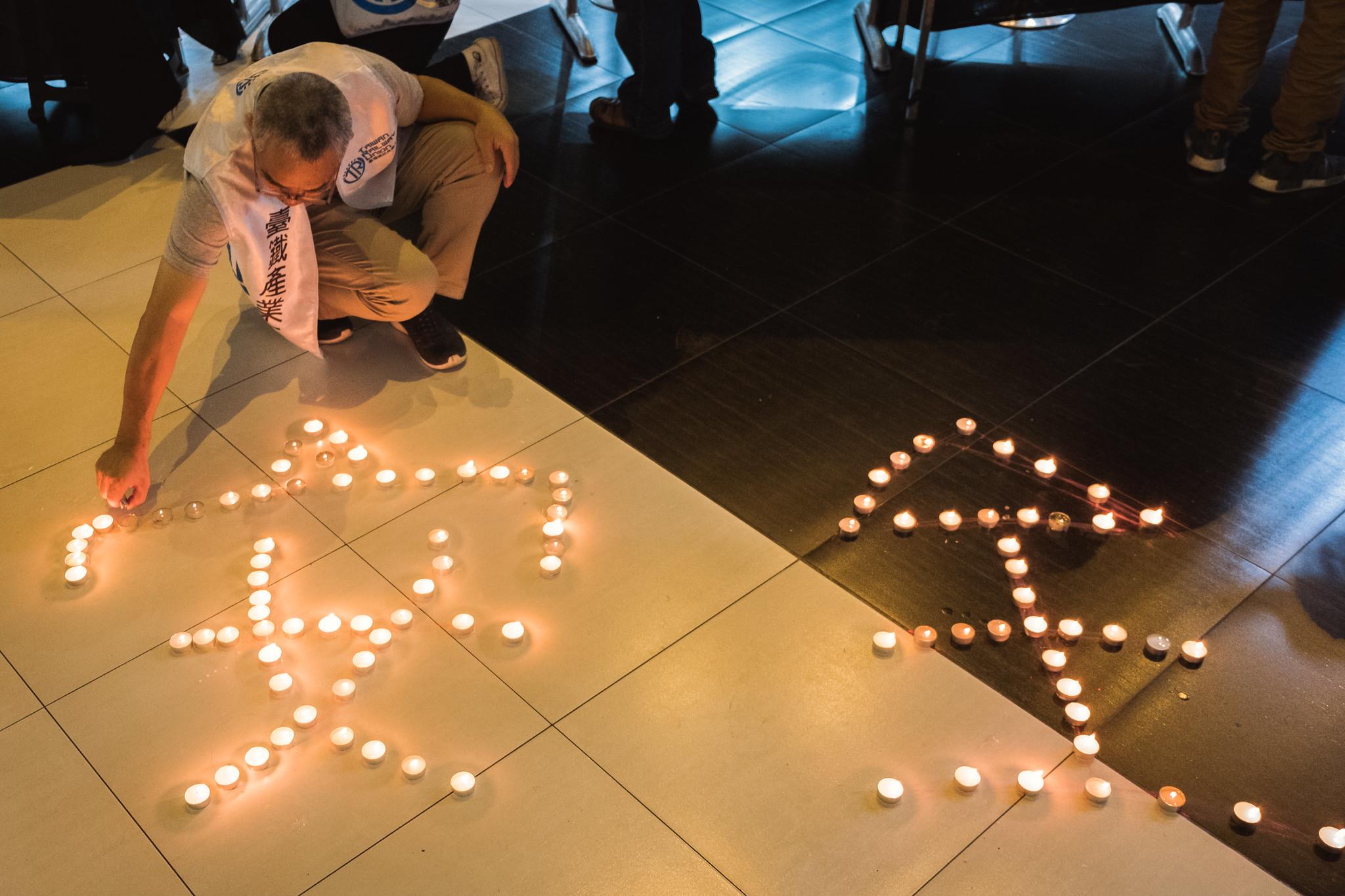 晚會最後邀請與會者點起「運輸安全」蠟燭。(攝影:唐佐欣)