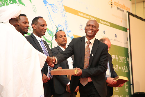 Niyi Samuel Adediran receives award  for ILRI's contribution