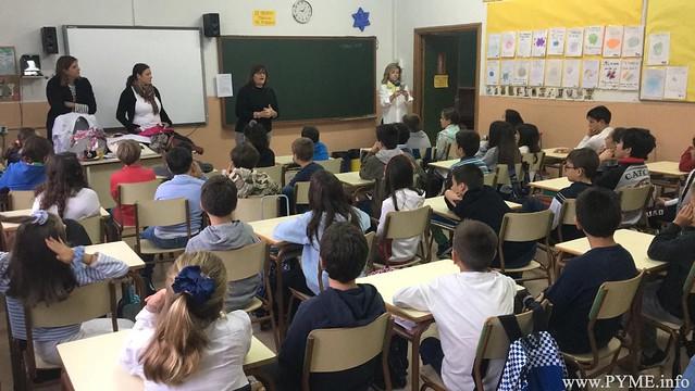 La asociación de Comercio de Salamanca ASECOV ha realizado diferentes charlas por colegios de Salamanca en las que ha explicado a los alumnos cómo participar en el Concurso de Dibujo 'La Navidad en mi comercio'.