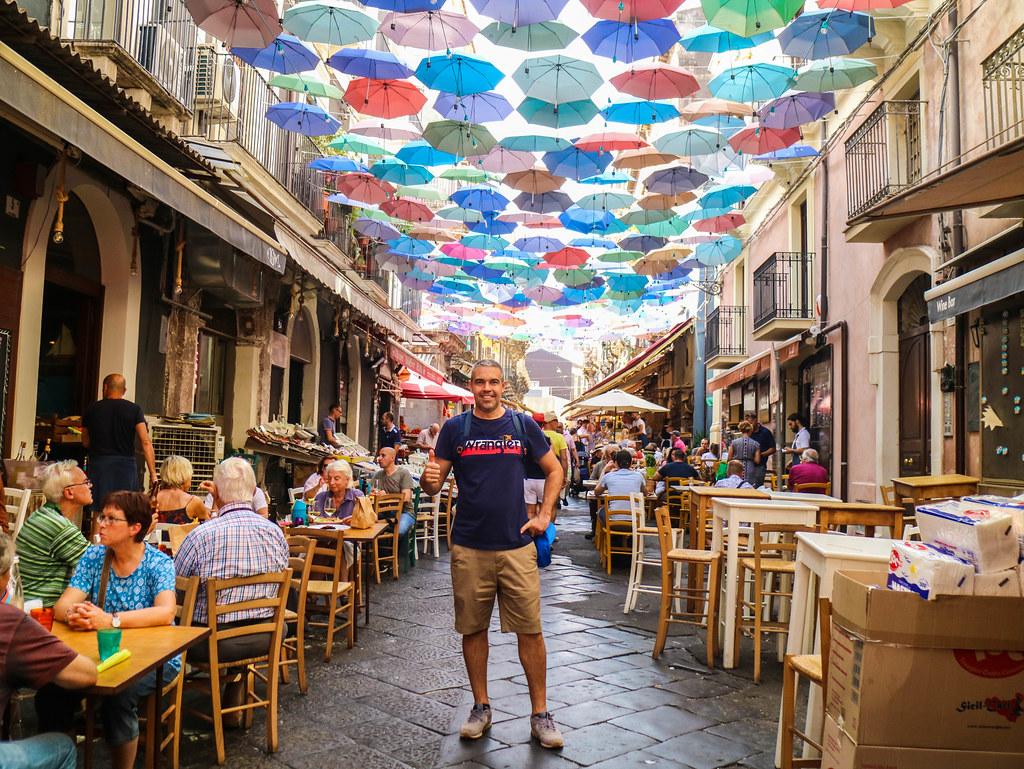 Fishmarket una calle bajo paraguas que ver en Catania