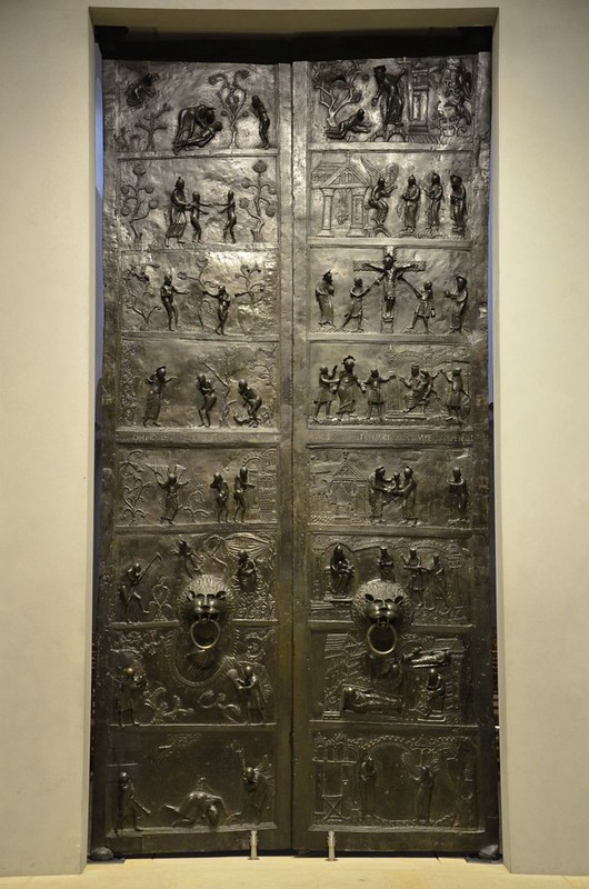 51 Бронзовые врата Епископа Бернварда Собор Успения 1015 г.