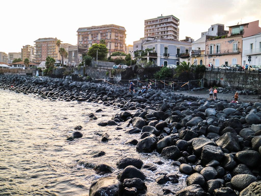 Playa de arena negra en Sicilia
