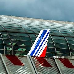 Un tiburón en el aeropuerto Charles de Gaulle en París con la terminal vidriada detrás @airfrance #paris #france