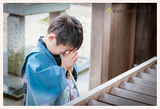 七五三 神社で手を合わせる男の子