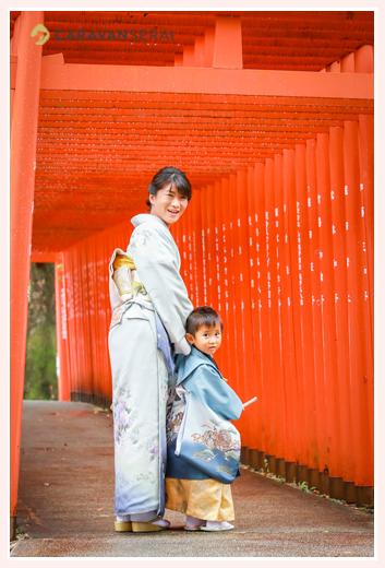 七五三写真の定番 赤い鳥居の下で ママもお着物