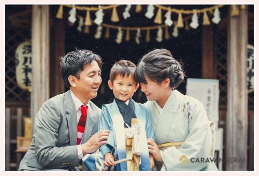 七五三参り 神社で家族の写真