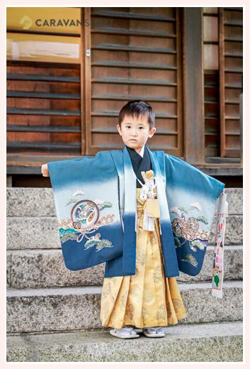 男の子の七五三 ご祈祷殿の前で記念写真