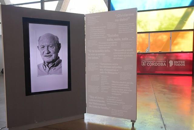 Schiaretti visitó la muestra itinerante sobre el Holocausto