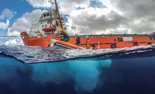 """Το ερευνητικό πλοίο """"ΤΥΦΩΝΑΣ"""" στον χώρο του ναυαγίου των Αντικυθήρων σε λειτουργία αυτόματης διατήρησης θέσης δίχως αγκυροβόλιο (Dynamic Positioning) κατά τη διάρκεια της έρευνας"""