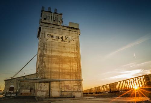 sunset kennewick washingtonstate mill flourmill railroadcars richborder rich border sonya7riii sonyphotographing generalmills sperrydivision sunburst bluehour