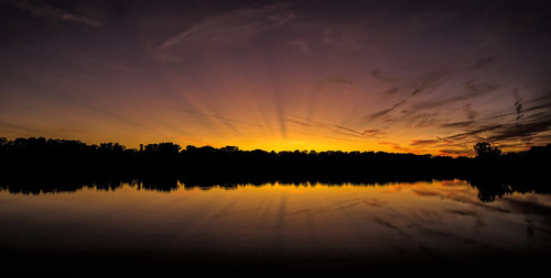 2019 october sunset kevinpovenz westmichigan michigan ottawa ottawacounty ottawacountyparks maplewoodpark evening yellow jesusrays sunrays clouds late canon7dmarkii sigma1020 pond reflection lake trees orange