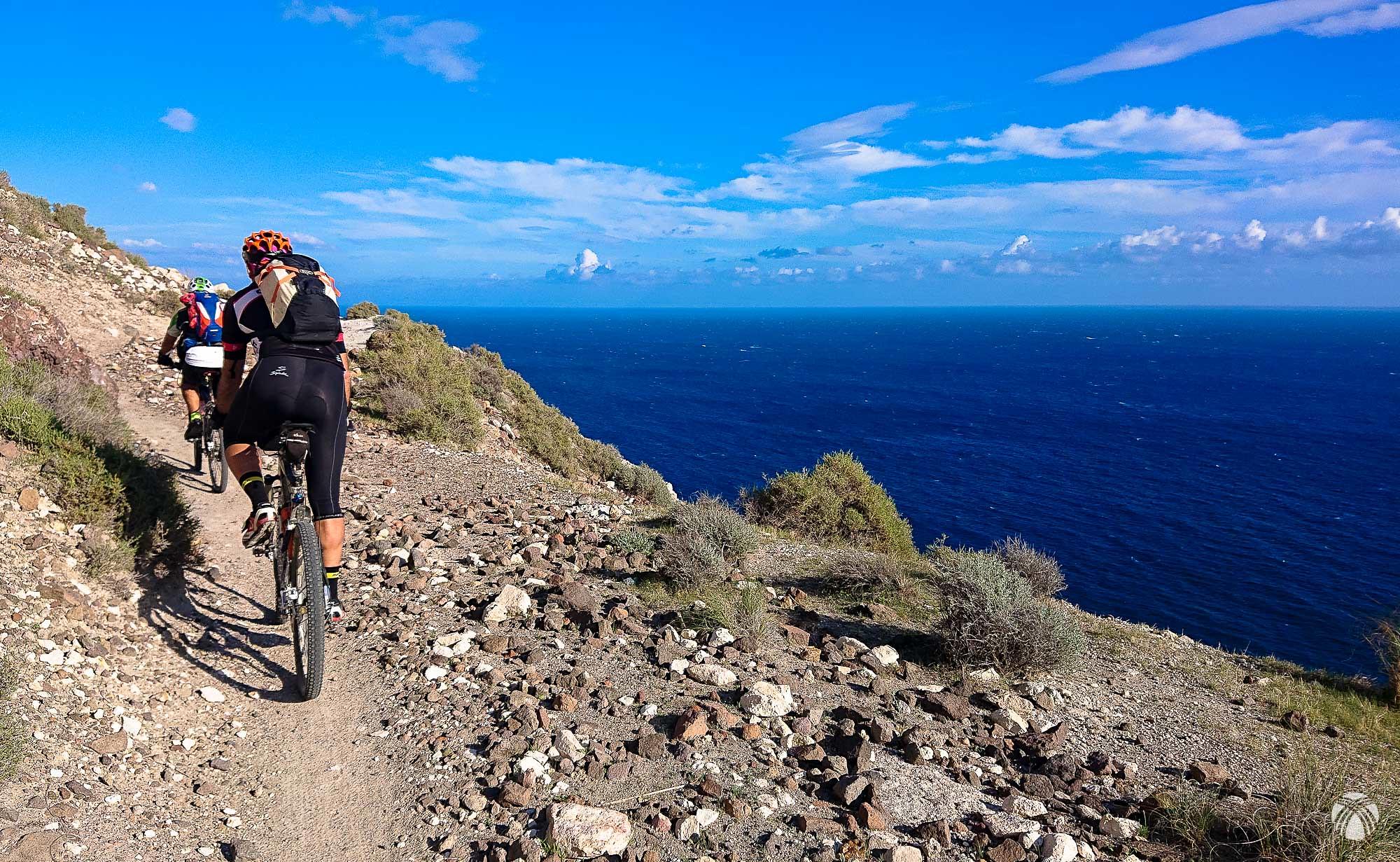 Tramo de senda bajo el cerro de Cala Higuera