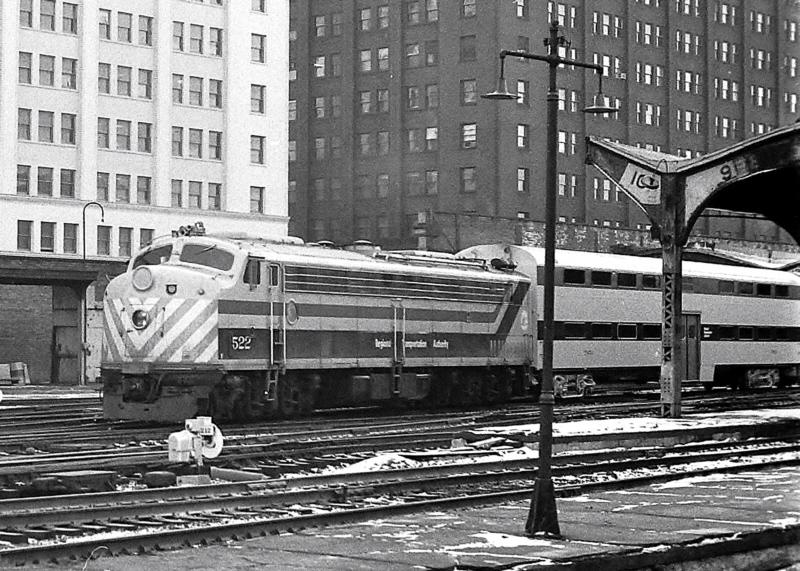 METX 522 (1953 EMD E8A) @ Chicago, IL  (1981)