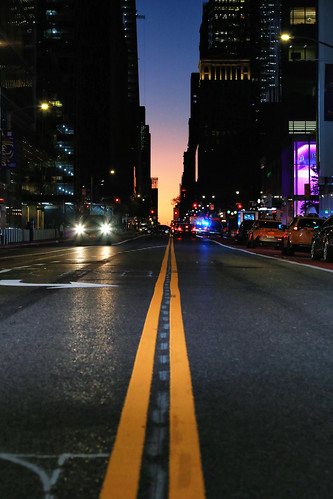 usa nyc newyorkcity manhattan 42ndstreet streetphotography scènederue nuit night canoneos6d canonef24105mmf4lisusm sunrise leverdujour dawn aube lines lignes yellow jaune street rue ville town perspective twilight symétrie symmetry