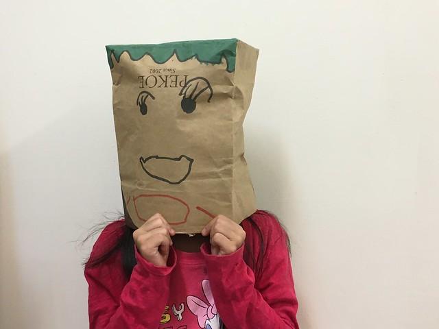 用馬麻的中秋禮物的紙袋做了面具