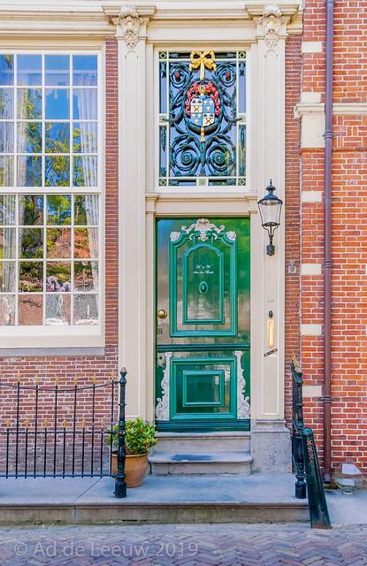 Een mooie voordeur en een bijzonder fraai bovenraam