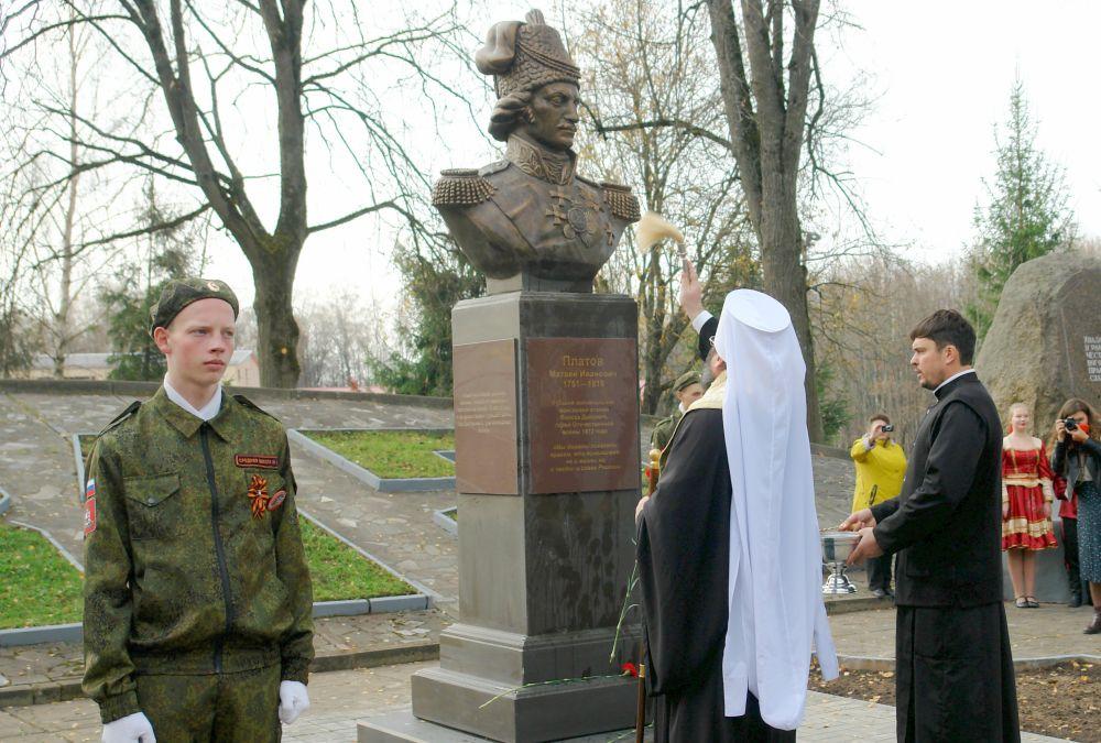 Бюст освящает митрополит Смоленский и Дорогобужский Исидор