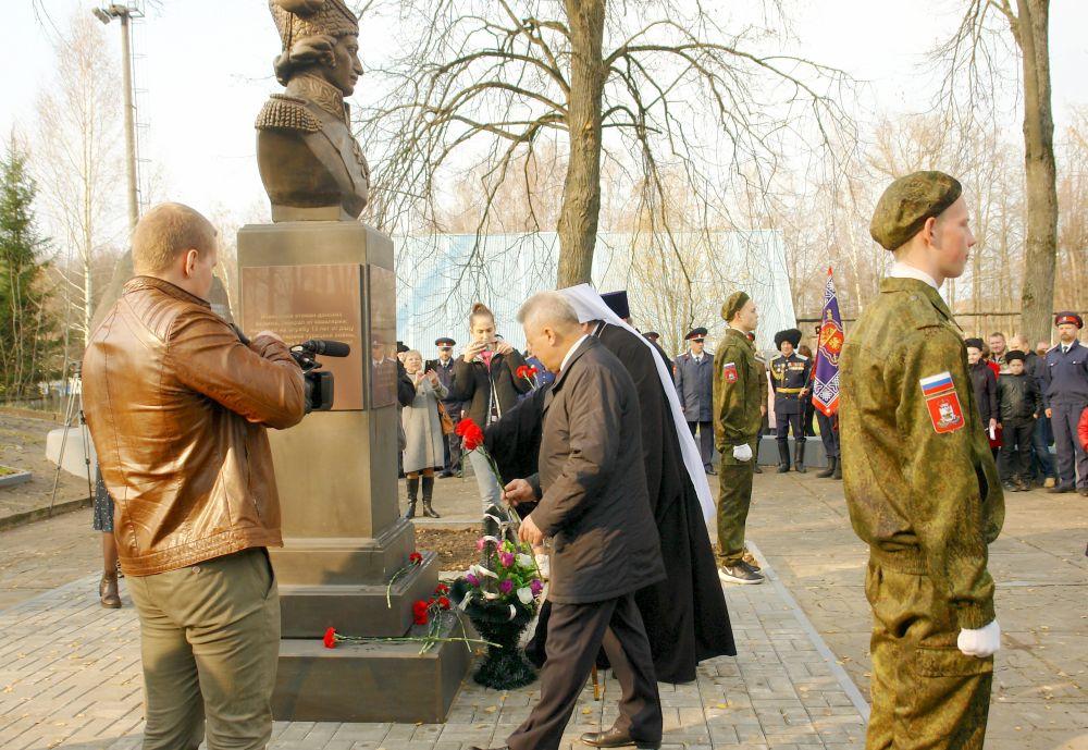 Глава города Ярцево Владимир Сергеевич Макаров и священнослужители возлагают цветы к вновь открытому бюсту Героя Отечественной войны 1812 года
