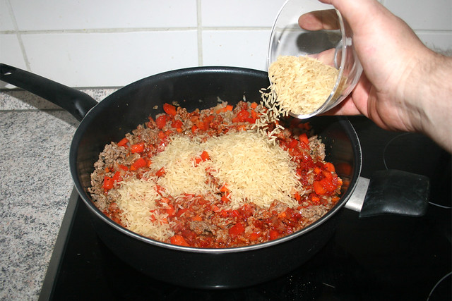 15 - Ungekochten Reis in Pfanne geben / Add unboiled rice to pan