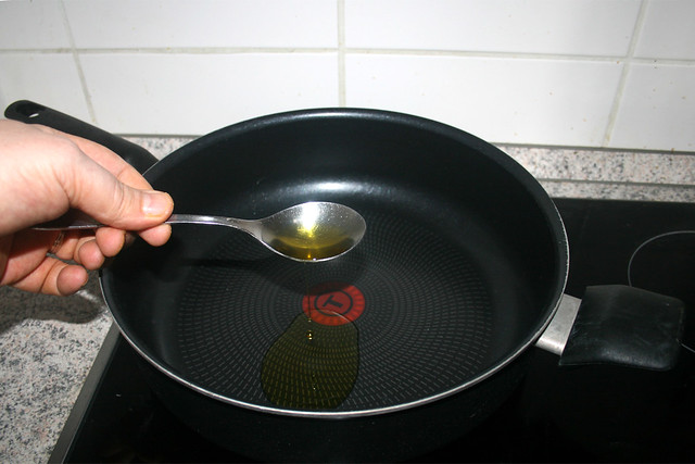 04 - Öl in Pfanne erhitzen / Heat up oil in pan