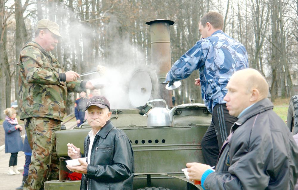 После закрытия митинга все желающие смогли подкрепиться кашей, пирогами и чаем, а для самых маленьких были припасены конфеты