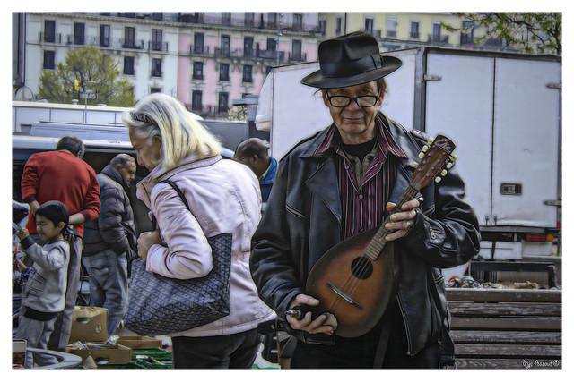 Daniel vient de dénicher une mandoline, Plainpalais marché aux puces. - Daniel has just found a mandolin, Plainpalais flea market.