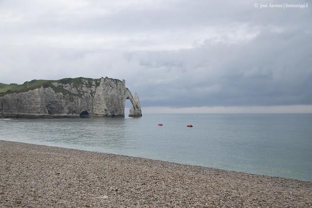 Étretatin rannalla Normandiassa
