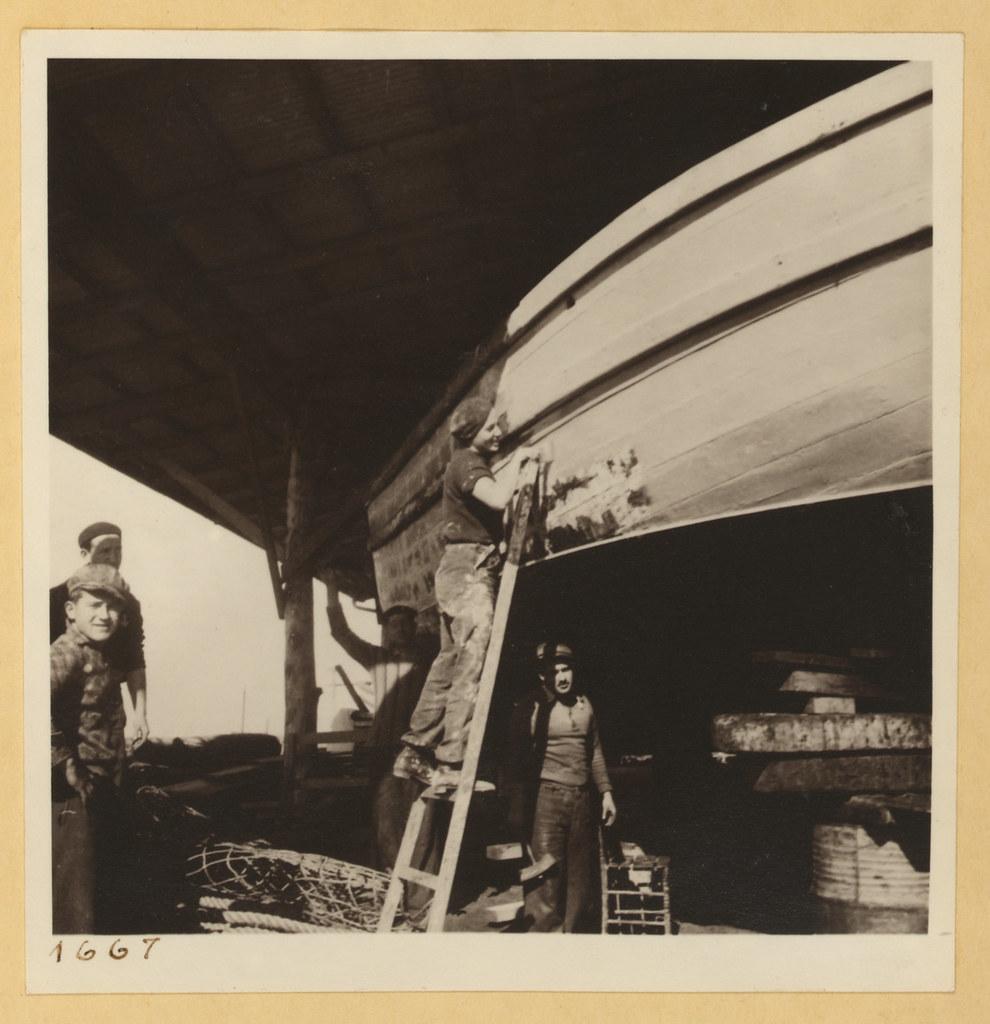 9 марта. Тель-Авив и окрестности,  Девушка красит лодку в доках
