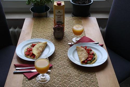 Koriander-Omelett mit Tomaten-Avocado-Füllung (Tischbild)