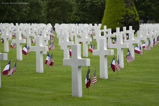 Hautaristejä Omaha Beachin amerikkalaisella hautausmaalla