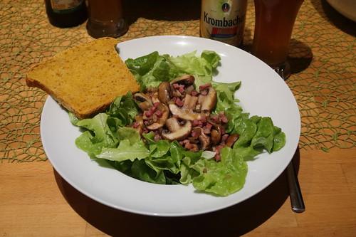 Meine Portion Eichblattsalat mit Champignon-Speck-Zwiebel-Topping