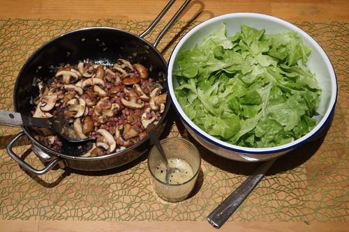 Eichblattsalat mit Champignon-Speck-Zwiebel-Topping