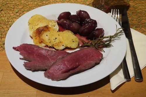 Roastbeef (vom Pferd) mit Kartoffelgratin und Rotweinschalotten